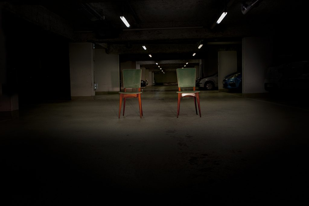 photographie contemporaine de chaises dans un parking