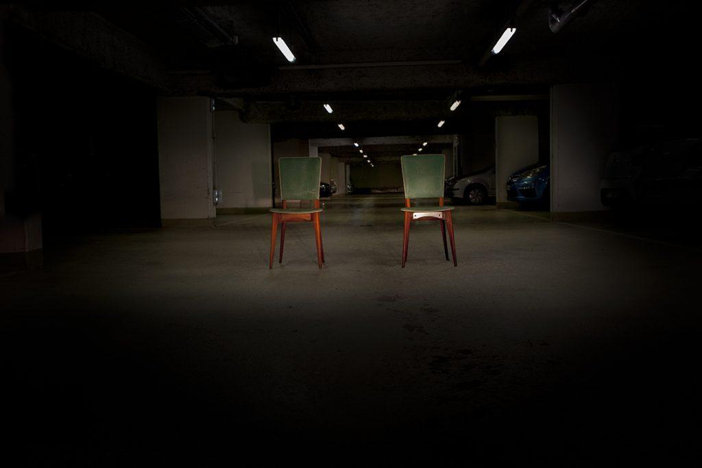 deux chaises dans un parking