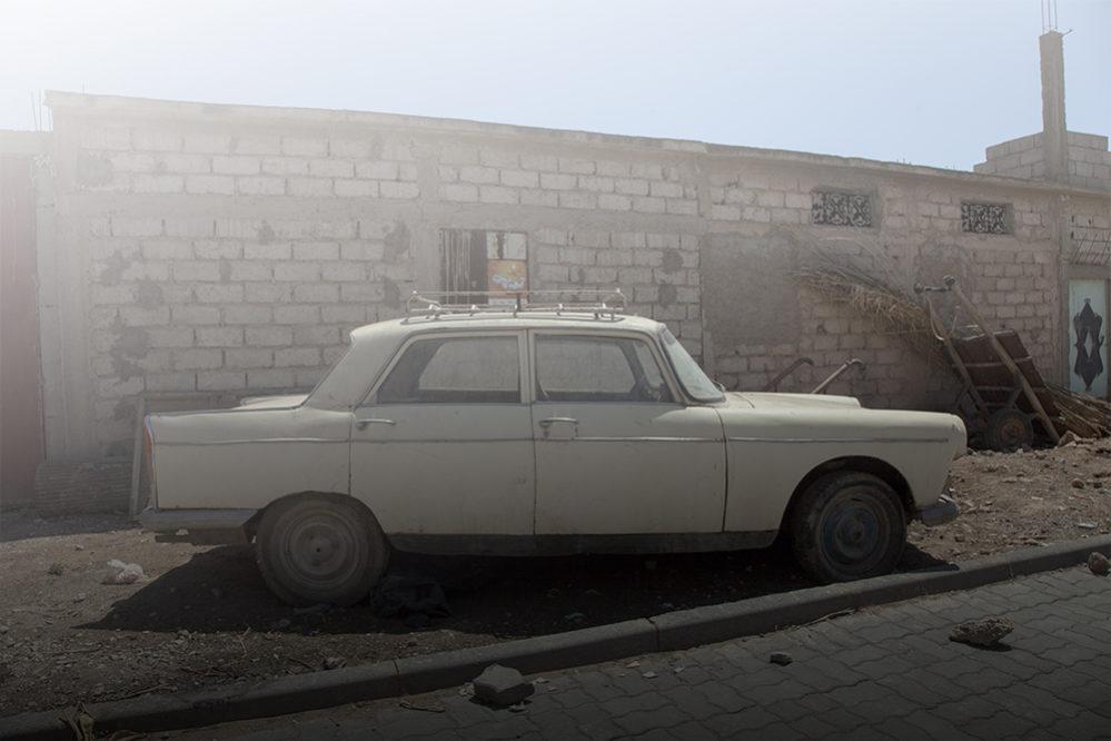 photo contemporaine de voiture 404 peugeot